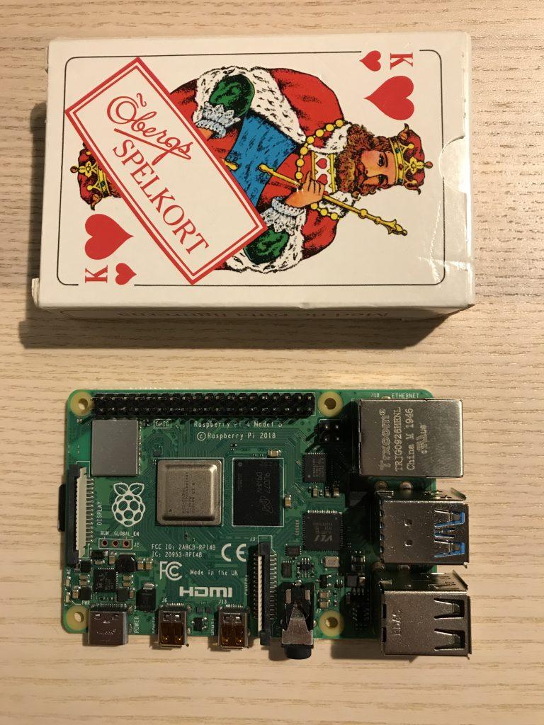 Raspberry Pi 4 bredvid en kortlek